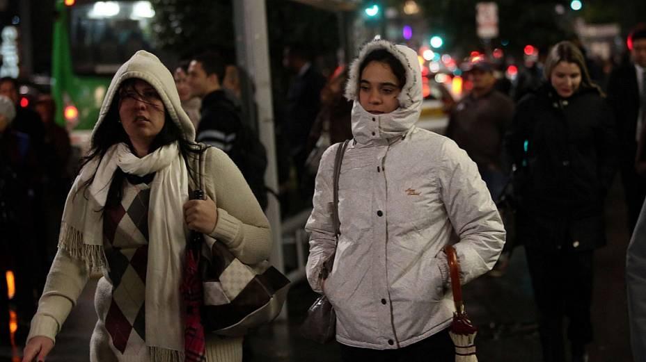 Pedestres enfrentam frio na Avenida Paulista, em São Paulo