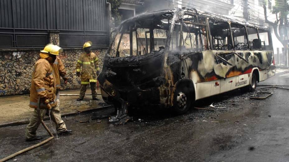 Bombeiros controlam fogo em ônibus incendiado por criminosas na rua Sampaio Viana, no Rio Comprido, Rio de Janeiro