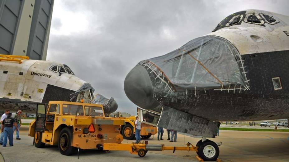 Os ônibus espaciais Discovery e Endeavour no Centro Espacial Kennedy, em Cabo Canaveral, Flórida