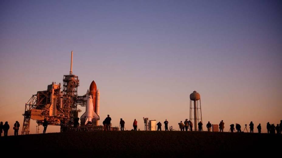 Ônibus espacial Endeavour em plataforma de lançamento na Flórida, Estados Unidos