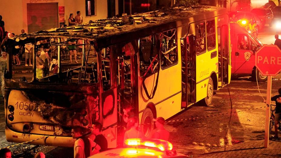Ônibus incendiado em Joinville na madrugada do dia 2, em Santa Catarina