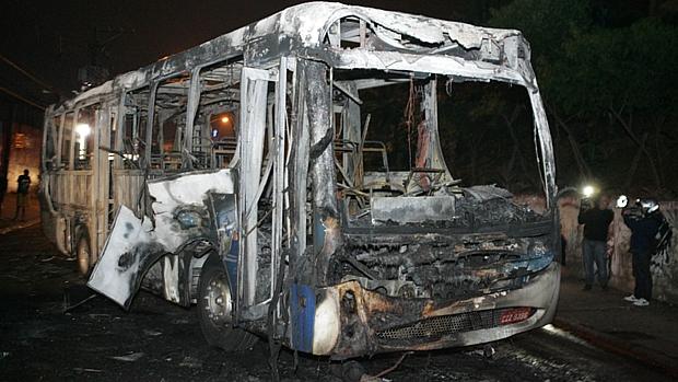 Ônibus incendiado na avenida Antonelo da Messina, na Zona Norte de São Paulo