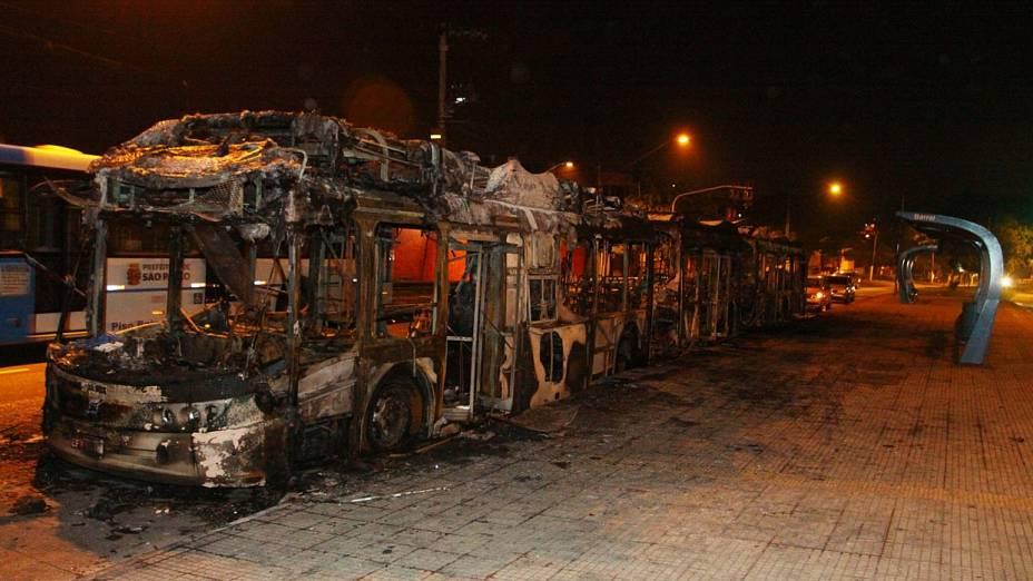 Ônibus incendiado na Avenida Senador Teotônio Vilela, zona sul de São Paulo: cobrador ficou ferido gravemente