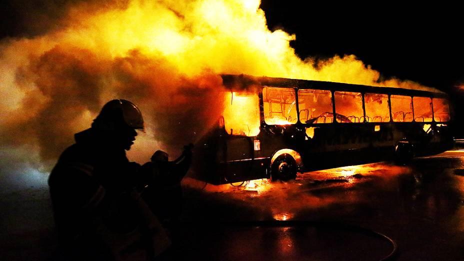 Bandidos atearam fogo em um ônibus em Canasvieiras, no Norte da Ilha de Florianópolis, Santa Catarina