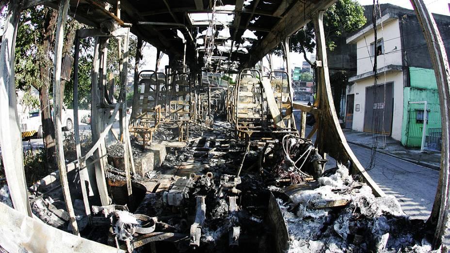 Ônibus que foi incendiado por bandidos no começo da madrugada na rua Curupireira, na região de Sapopemba, zona leste da cidade de São Paulo