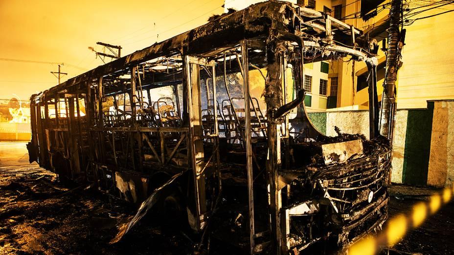 Coletivo foi apedrejado e incendiado no Jardim Camargo Novo, Zona Leste de São Paulo. Segundo a polícia, ao menos 15 pessoas jogaram pedras no ônibus