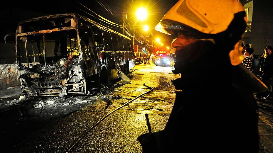 Ônibus é incendiado em Rio Vermelho. Santa Catarina viveu a segunda noite de atentados contra ônibus e delegacias