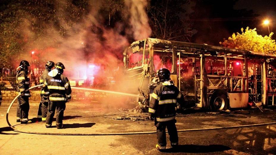 Ônibus incendiado durante a madrugada no Parque Edu Chaves, em São Paulo
