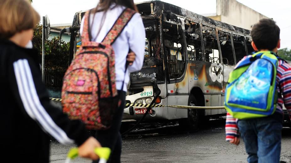 Um ônibus de transporte coletivo foi incendiado por volta das 5h30 desta segunda-feira em São José, na Grande Florianópolis