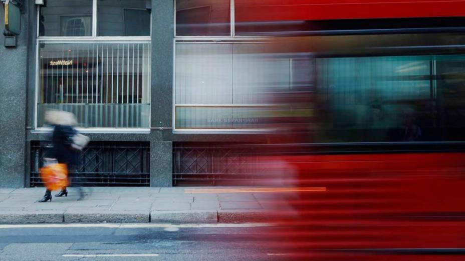Ônibus passa por rua do centro de Londres, Inglaterra