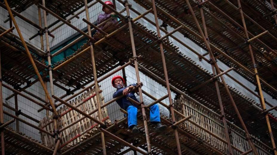 Trabalhadores descansam em obra no centro de Xangai, na China