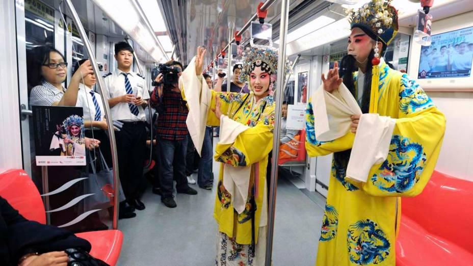 """Cantores se apresentam no metrô durante divulgação da ópera chinesa """"Kungu"""" em Nanjing, na China"""
