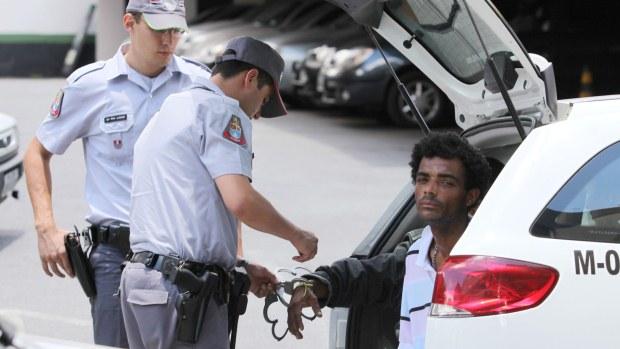 Polícia prende acusados de tráfico de drogas na Cracolândia, em São Paulo