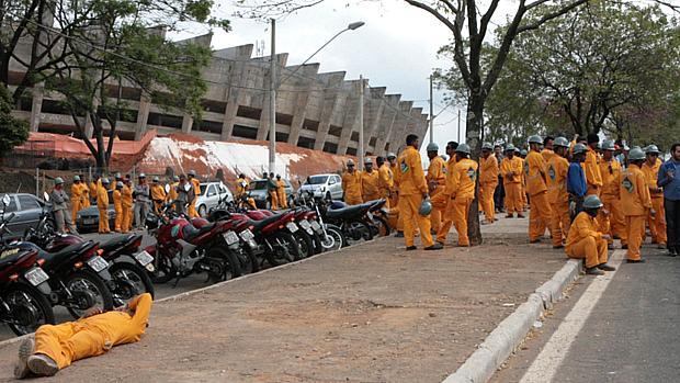Operários param obras do Mineirão às vésperas da visita de Dilma