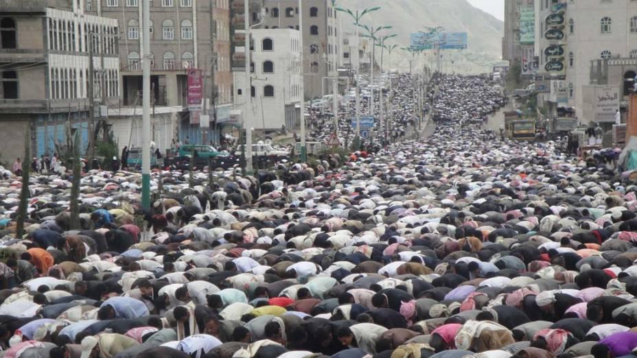 Na cidade de Ibb, iemenitas rezam durante protesto contra o presidente Ali Abdullah Saleh