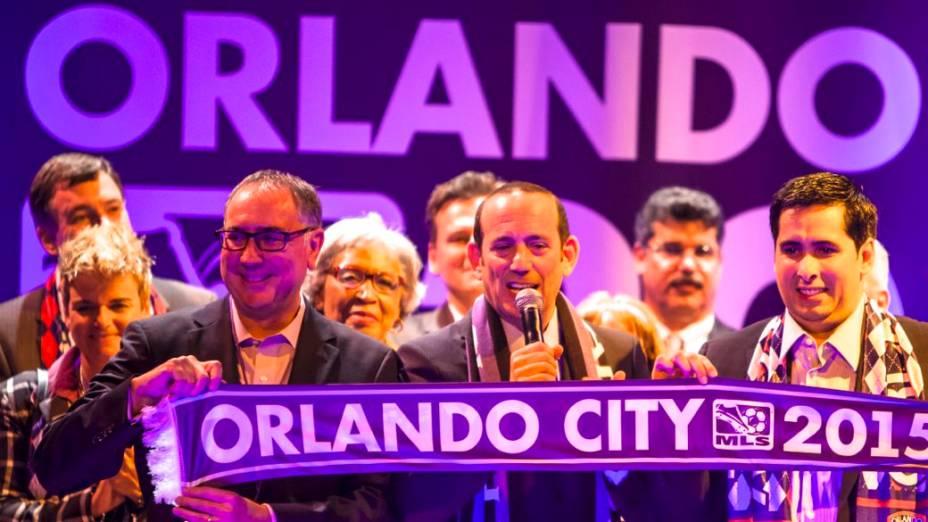 A festa pela entrada do Orlando City na MLS, na noite de terça-feira: da esquerda para a direita, o dirigente Phil Rawlins, o comissário da MLS Don Garber e o empresário brasileiro Flávio Augusto da Silva