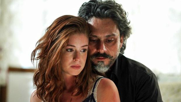 Os amantes Zé Alfredo (Alexandre Nero) e a ninfeta Maria Isis (Marina Ruy Barbosa) em Império, da Globo