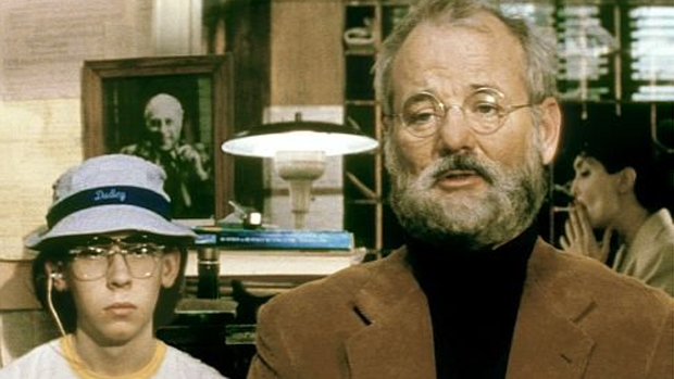 Os atores  Bill Murray e Stephen Lea Sheppard em cena do filme Os Excêntricos Tenenbaums (2001)