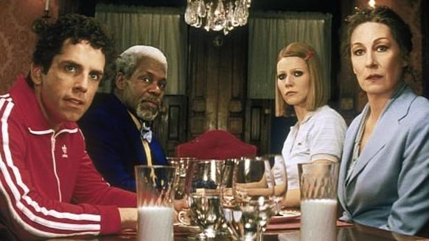 Da esquerda para a direita: Ben Stiller, Danny Glover, Gwyneth Paltrow e Anjelica Huston em cena do filme Os Excêntricos Tenenbaums (2001)