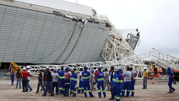 Os funcionários voltaram ao trabalho nas obras do Itaquerão nesta segunda-feira
