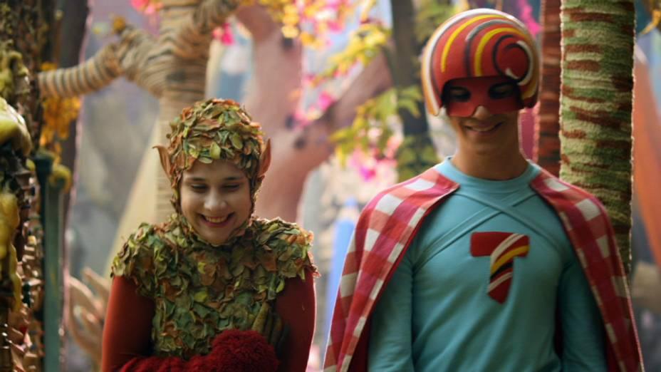 Os personagens Super Tom (Caio Horowicz) e Lali (Daphne Bozaski) da série Que Monstro te Mordeu?<br><br>