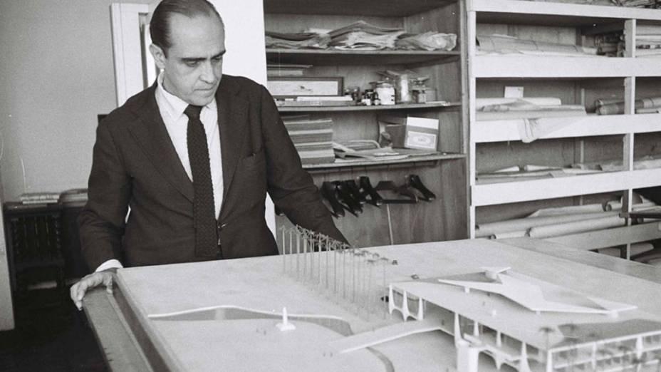 Década de 1950 – Oscar Niemeyer observa a maquete usada para a construção de Brasília
