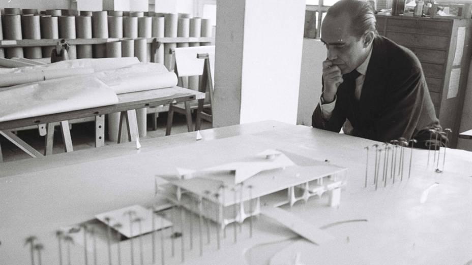 Década de 1950 - Oscar Niemeyer observa a maquete usada para a construção de Brasília