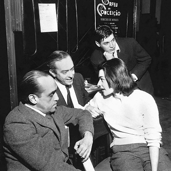 """Oscar Niemeyer, Vinícius de Moraes, Lila Bôscoli e Tom Jobim durante a estreia da peça """"Orfeu da Conceição"""", em 1956"""
