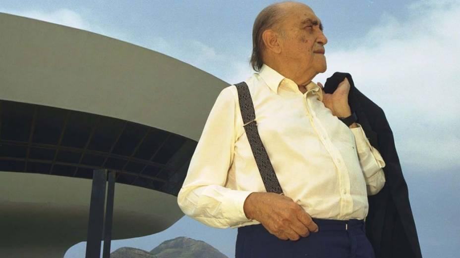 1997 - Oscar Niemeyer posa para foto em frente ao Museu de Arte Contemporânea, no Rio de Janeiro