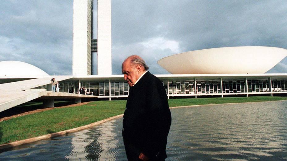 1999 - Oscar Niemeyer visita o espelho dágua do Congresso Nacional, em Brasília<br>