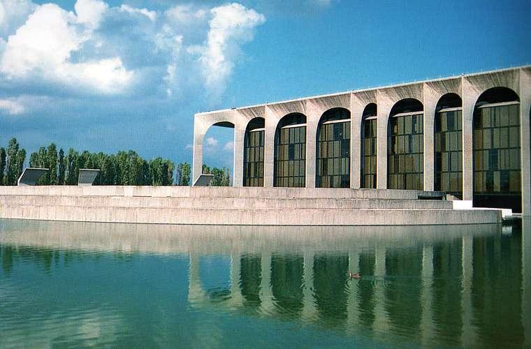 O edifício onde se localiza a sede da Editora Mondadori, em Milão, foi projetado em 1968
