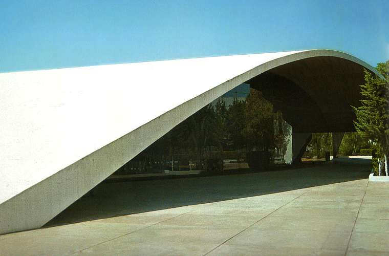 O arquiteto brasileiro liderou o projeto da Universidade de Constantine, na Argélia, em 1969. Na foto, o auditório da universidade