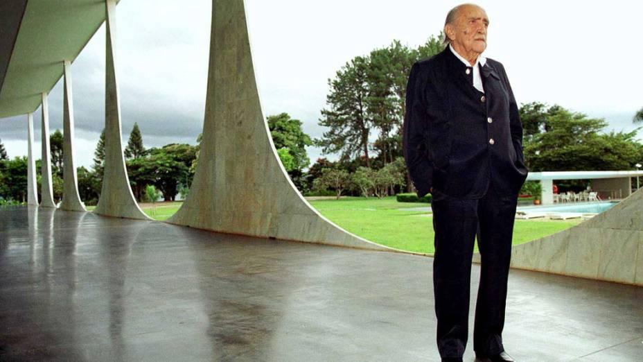 2003 - Arquiteto Oscar Niemeyer visita o Palácio da Alvorada, em Brasília