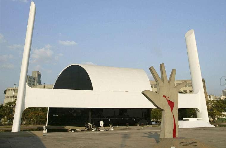 Escultura de Oscar Niemeyer na Fundação Memorial da América Latina. O memorial fica em São Paulo e foi inaugurado em 18 de março de 1989