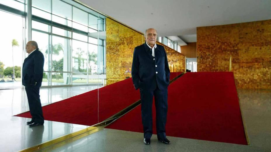 2003 - Arquiteto Oscar Niemeyer chega ao Palácio da Alvorada para encontro com o presidente Luiz Inácio Lula da Silva