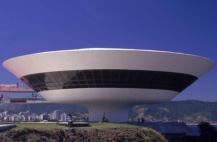 Apelidado de disco-voador de Niterói, o Museu de Arte Contemporânea foi inaugurado em 1996