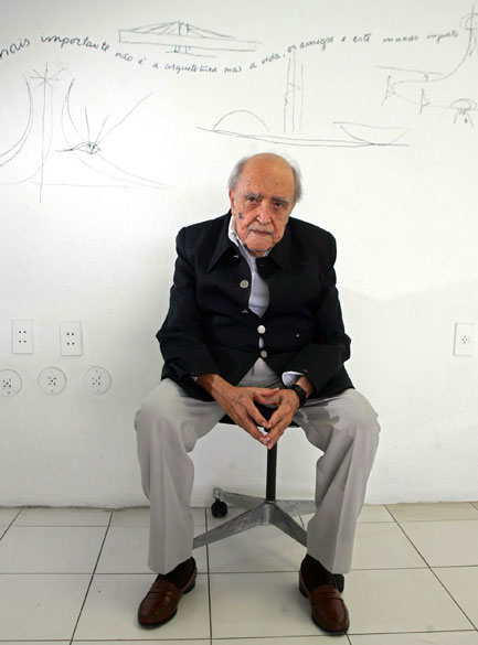 2005 - Oscar Niemeyer durante entrevista em seu escritório em Copacabana, no Rio de Janeiro<br>
