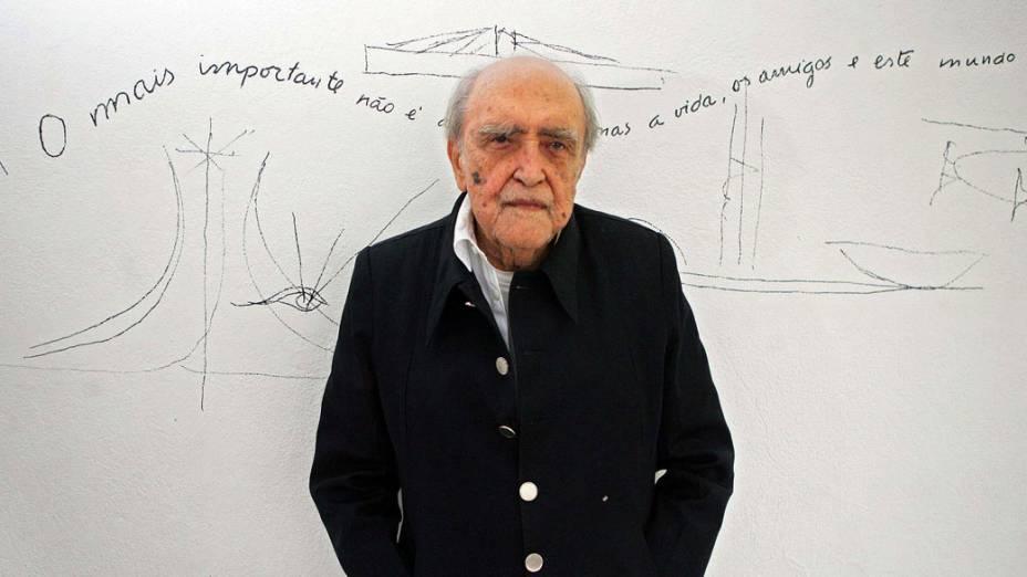 2005 - Oscar Niemeyer durante entrevista em seu escritório em Copacabana, no Rio de Janeiro