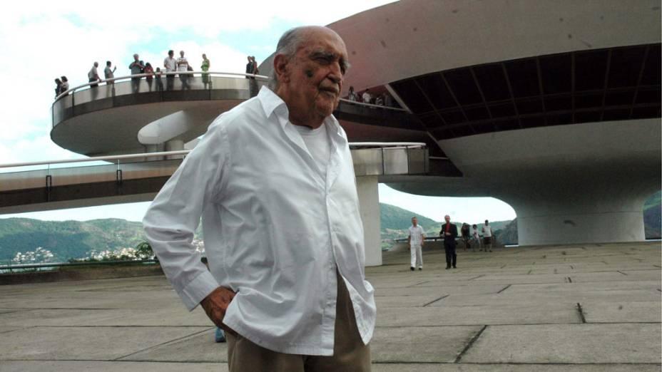 2007 - Arquiteto Oscar Niemeyer posa em frente ao MAC - Museu de Arte Contemporânea na semana em que completou 100 anos<br>