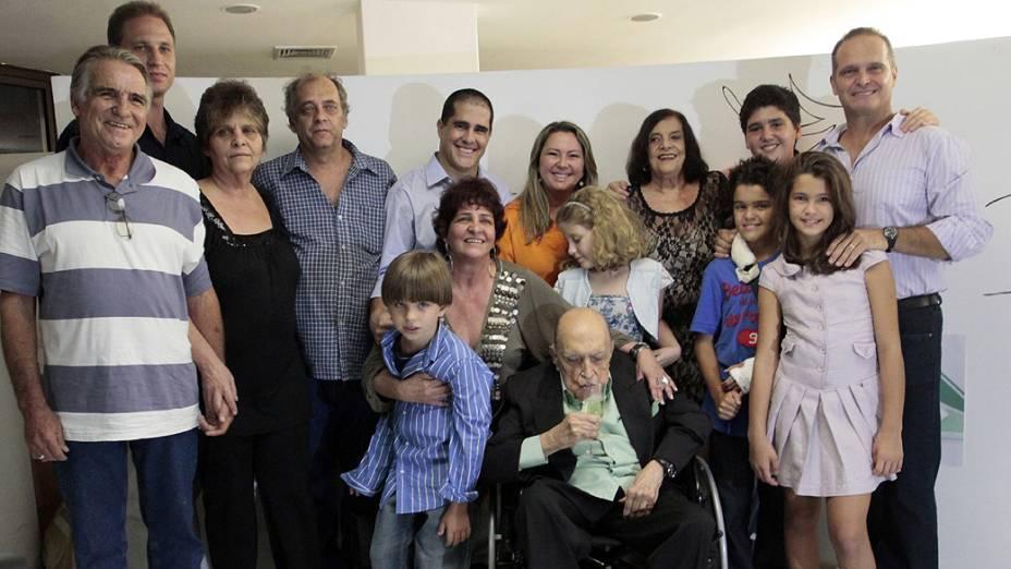 2011 - Oscar Niemeyer cercado com a família na comemoração do seu aniversário de 104 anos