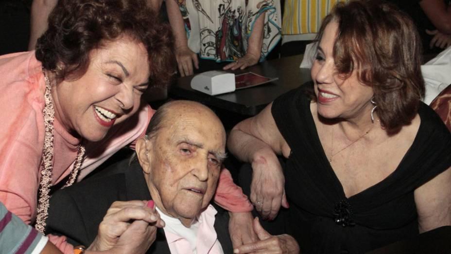 2012 - Miúcha, Oscar Niemeyer e a esposa, no show de Chico Buarque de Hollanda, no Vivo Rio