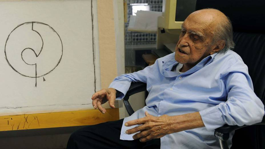 2009 - Arquiteto Oscar Niemeyer durante seu aniversário de 102 anos em seu escritório em Copacabana, no Rio de Janeiro