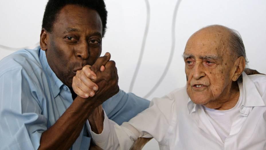2010 - Pelé e Oscar Niemeyer posam para foto durante entrevista no Rio de Janeiro<br>
