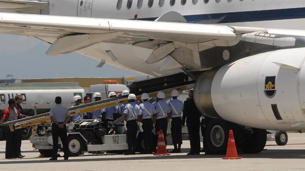 Corpo de Niemeyer é embarcado no avião da FAB no Rio de Janeiro, com destino a Brasília