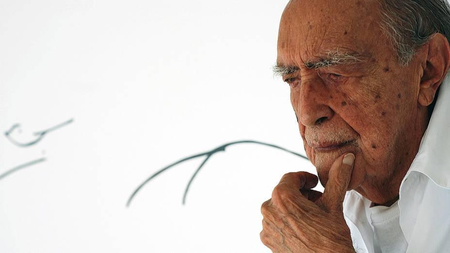 Niemeyer posa para foto no seu estúdio, Copacabana, em 2007