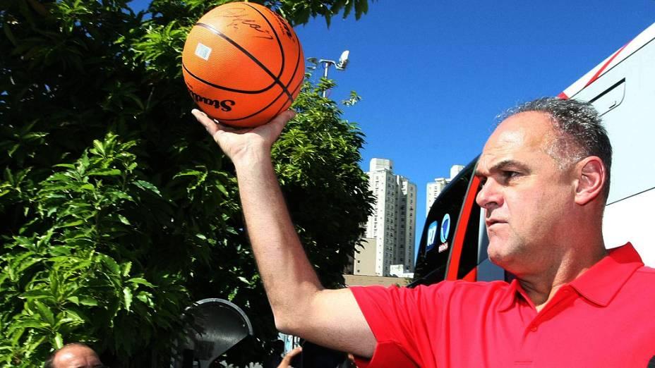 O ex-jogador de basquete, Oscar Schmidt durante evento na Praça da Estação em Belo Horizonte (MG)