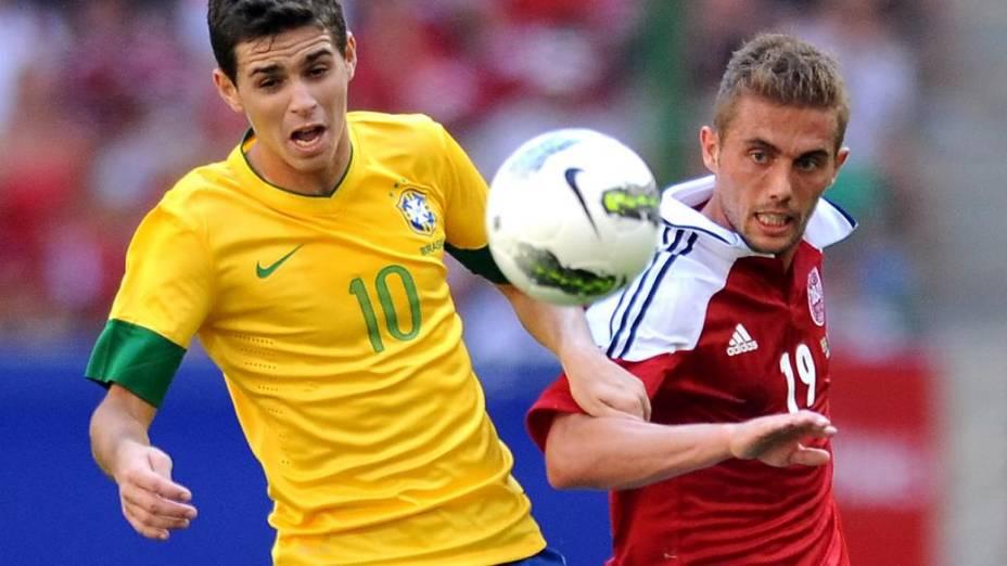 Oscar defendendo a seleção brasileira em amistoso contra a Dinamarca, em Hamburgo, na Alemanha