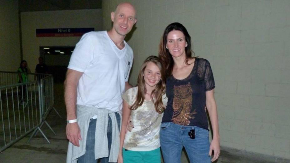 O ex-jogador de volêi Tande chega com sua família ao show de Justin Bieber no Engenhão, no Rio de Janeiro