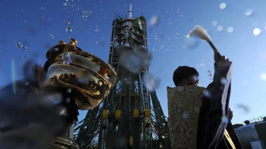 Padre ortodoxo russo abençoa a espaçonave Soyuz TMA-03M antes de lançamento que ocorre amanhã em Baikonur, Cazaquistão