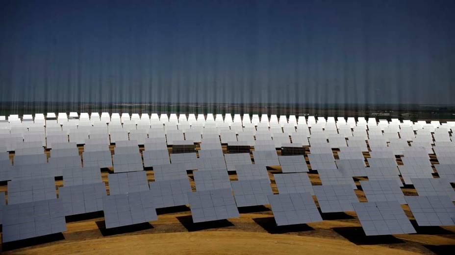 Painéis de energia solar na cidade de Sanlucar La Mayor, Espanha